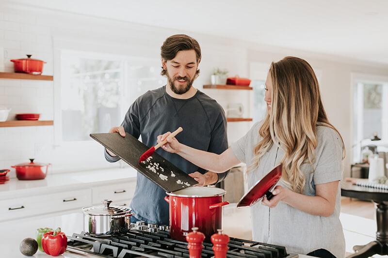 couple-cuisine-casserole-planche-decouper