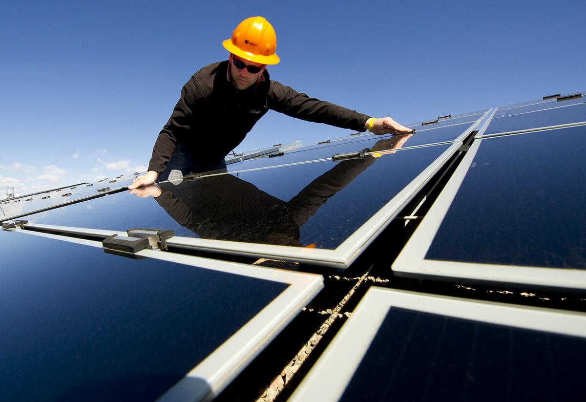 durée de vie d'un panneau solaire homme qui installe