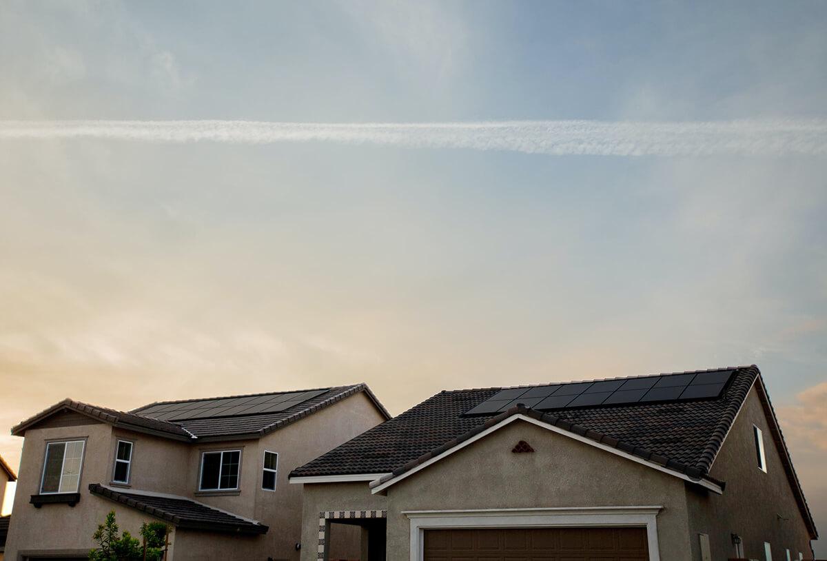 panneaux solaires en autoconsommation sur le toit de maisons