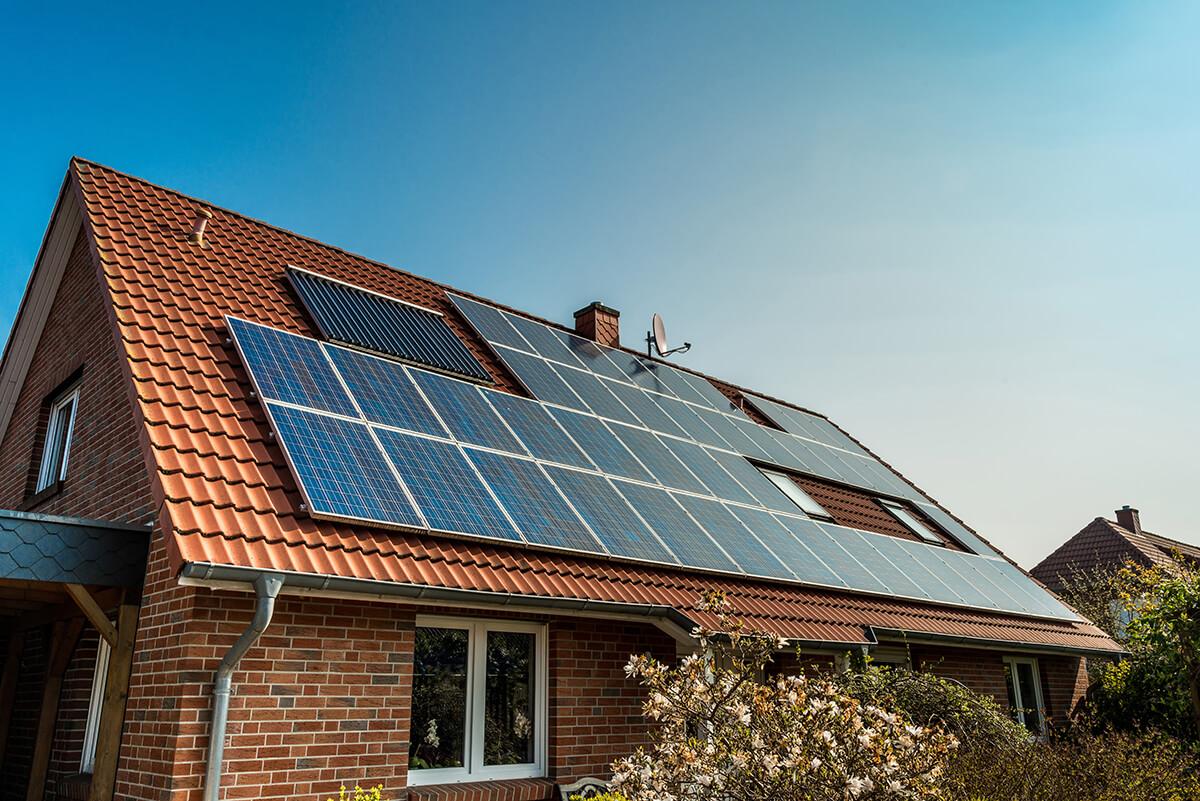 panneaux solaires sur toit en tuiles d'une maison