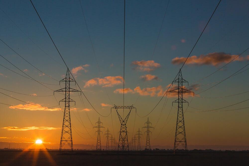 pilones-lignes-electriques-coucher-soleil