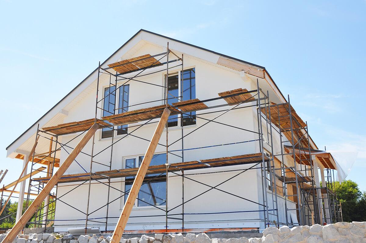 rénovation énergétique globale d'une maison avec échafaudages